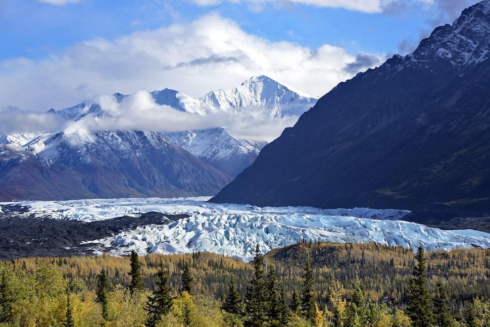 Dãy núi Chugach và dòng sông băng Mendenhall Glacier mang đến cho thiên nhiên Alaska, Mỹ một khung cảnh đẹp như tranh vẽ.