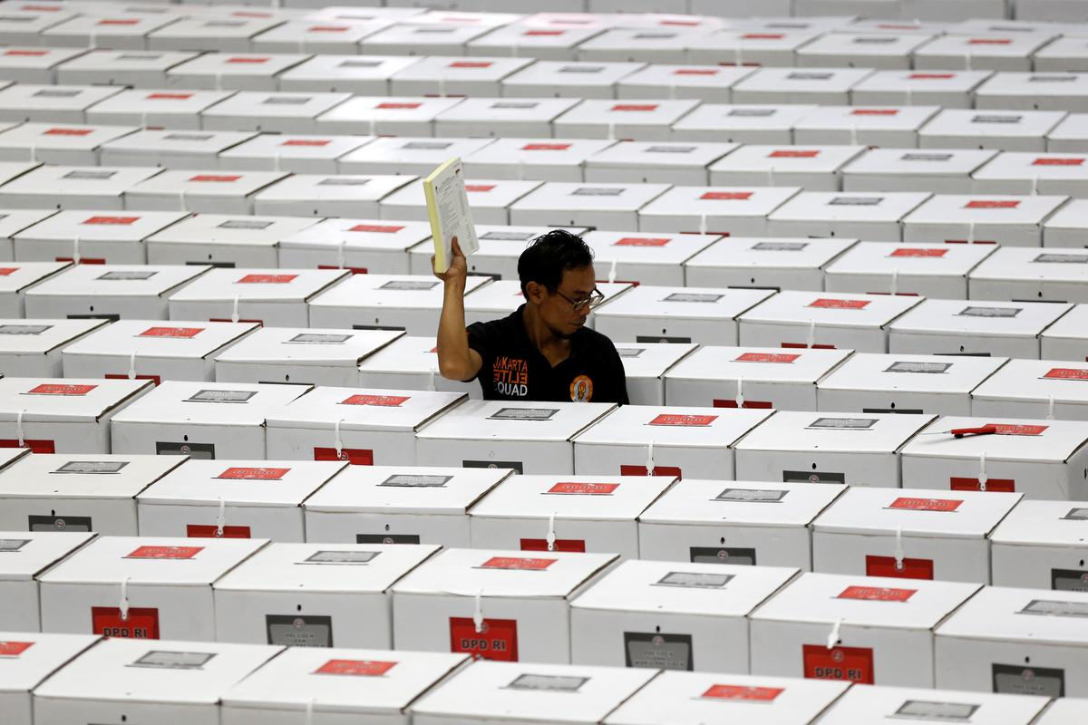 Chùm ảnh: Cuộc bầu cử khốn khổ khiến hơn 100 người chết ở Indonesia