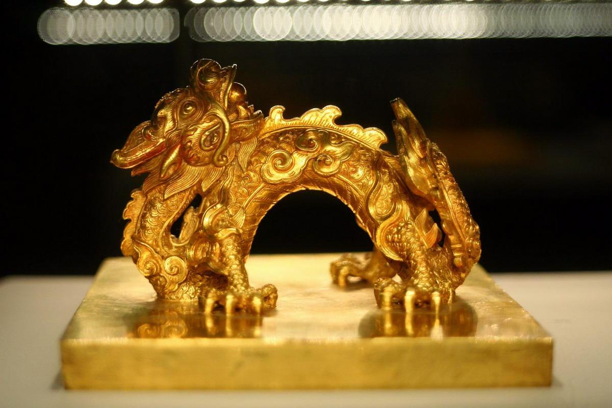 Chùm ảnh: Lóa mắt trước bộ sưu tập rồng bằng vàng khối nhà Nguyễn