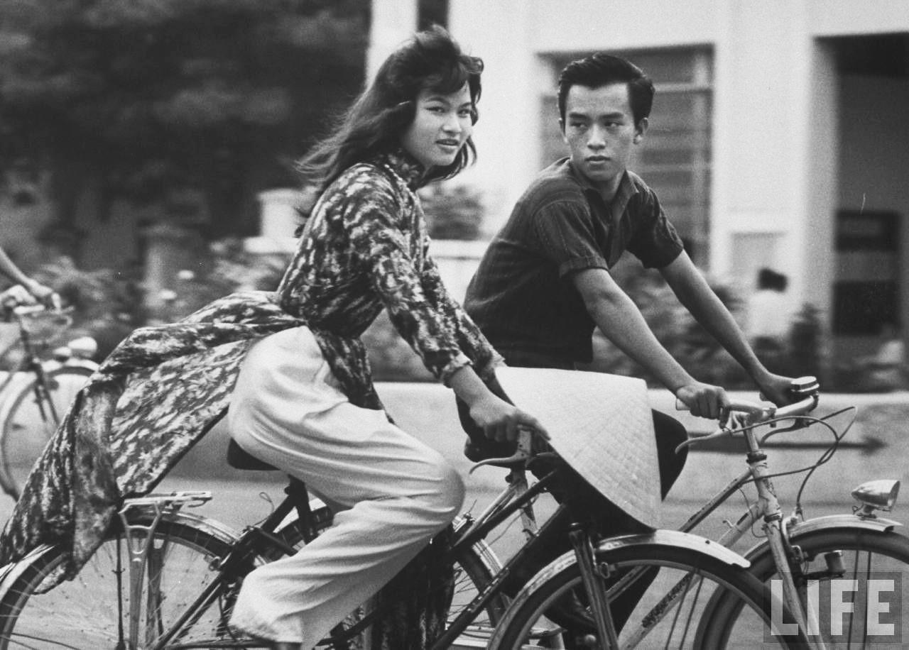 Ảnh độc về thiếu nữ áo dài Huế xưa trên xe đạp