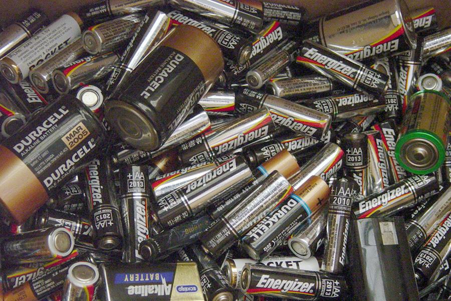 Nhận diện hiểm họa môi trường từ pin thải