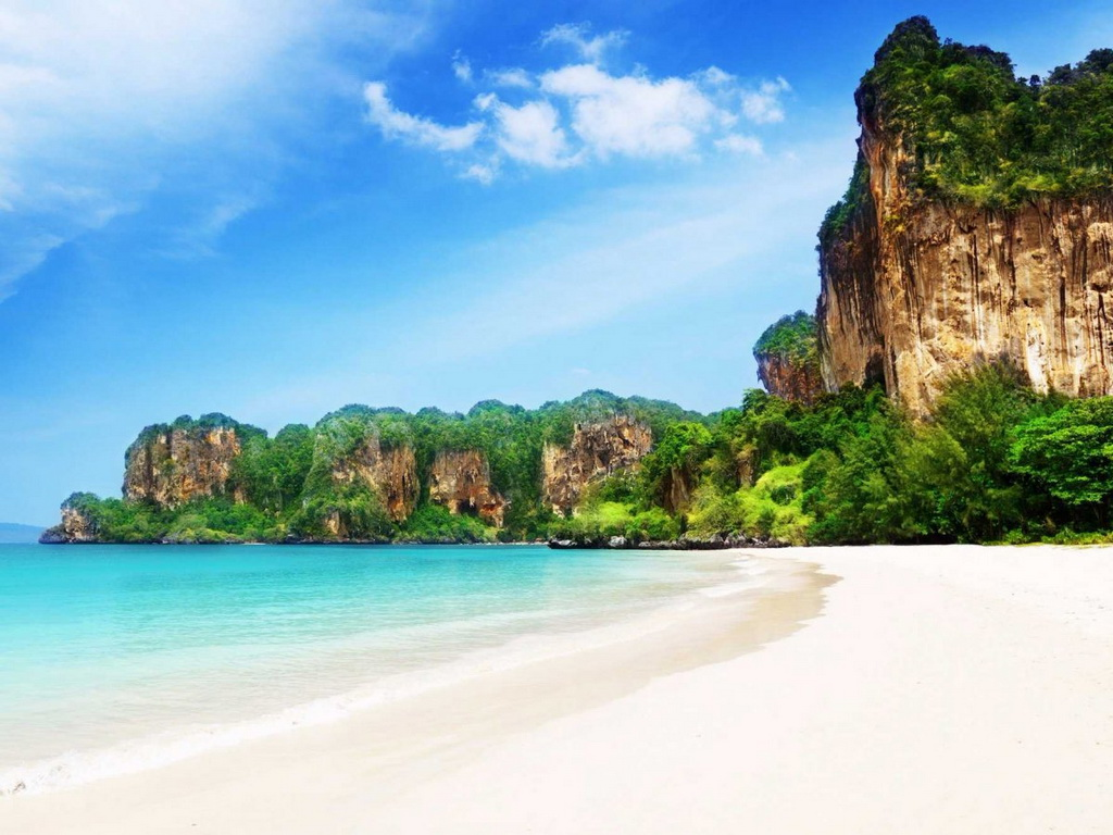 Bãi biển Railay ở miền Nam Thái Lan có bán đảo riêng nằm gần tỉnh Krabi với cát trắng và nước trong vắt. Du khác chỉ có thể tới đây bằng thuyền, vì các núi đá vôi chắn ngang tuyến đường trên bộ.