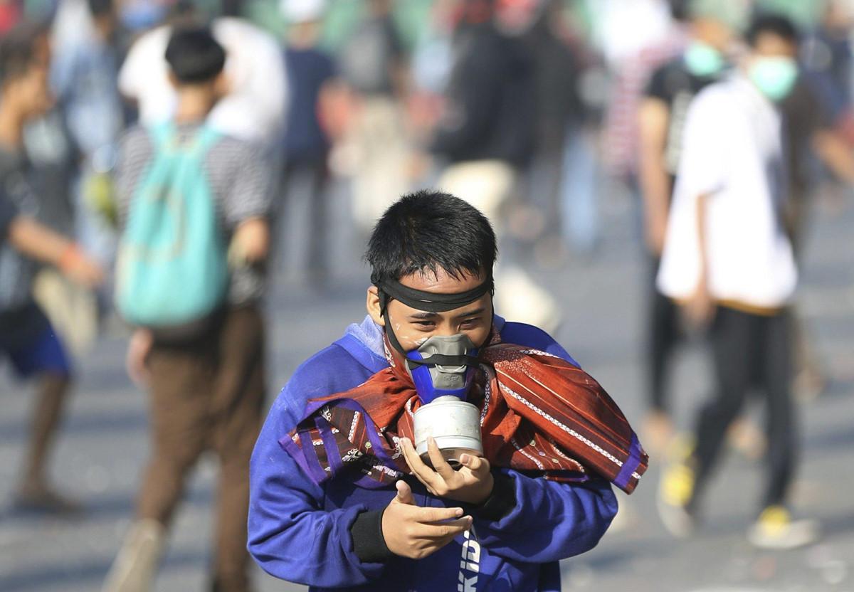 Xe chay tro khung tren duong pho Indonesia vi bao loan hau bau cu hinh anh 11