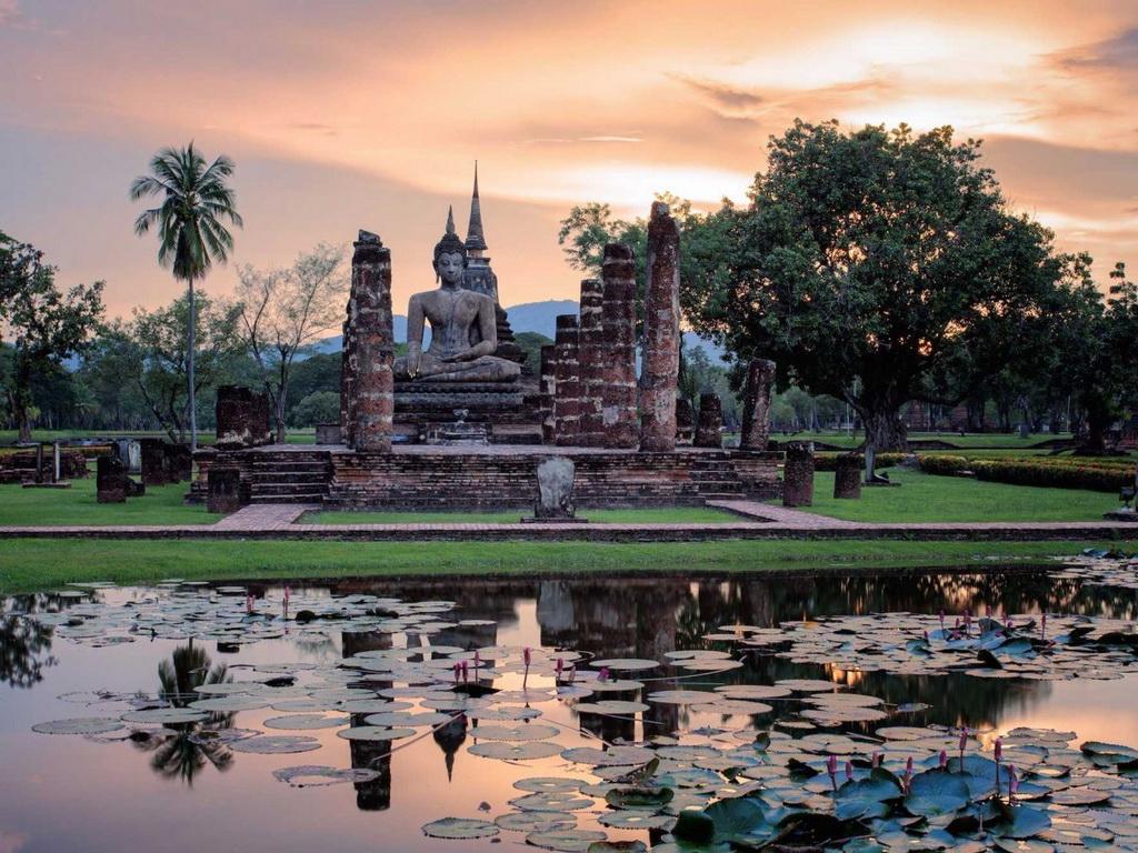 Di tích của Vương quốc Sukhothai, hình thành vào thế kỷ 13-14, nằm ở Công viên lịch sử Sukhothai, miền Bắc Thái Lan. Du khách sẽ có cảm giác như lạc vào một thời đại khác khi đi dạo ở đây.