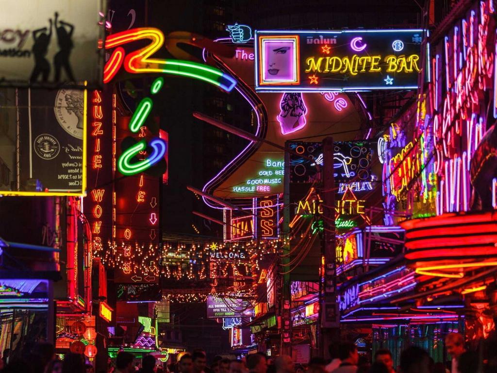 Nhiều du khách thích thú với trải nghiệm ở quận Soi Cowboy của Bangkok, với nhịp sống sôi động và nhiều trò giải trí hấp dẫn.