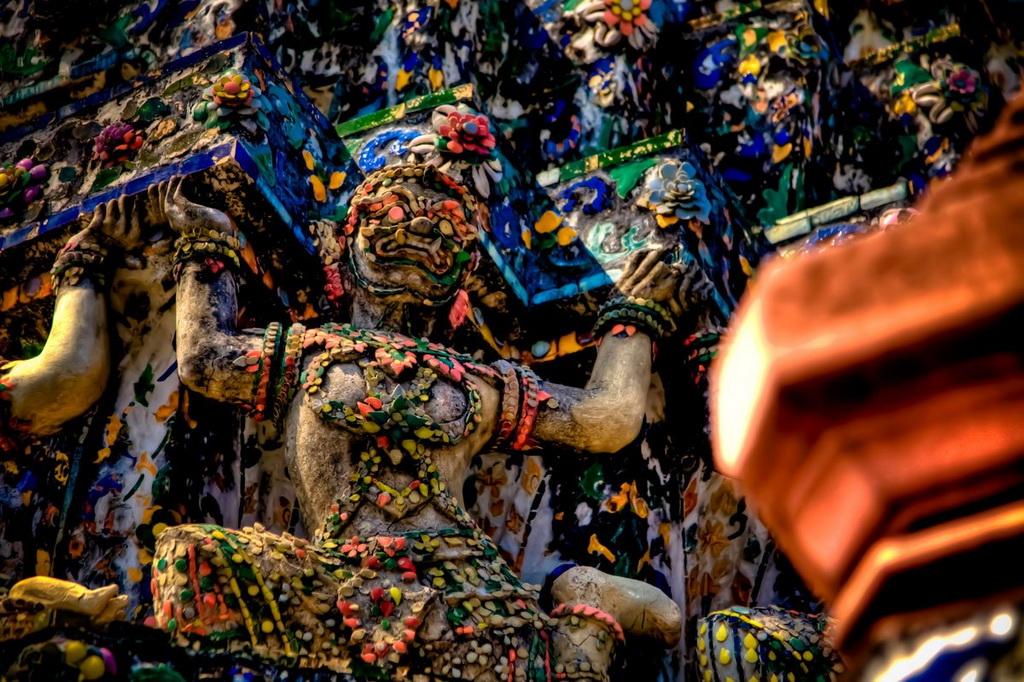 Nằm ở bờ Tây sông Chao Phraya, đền Wat Arun (đền Bình Minh) ở Bangkok có nhiều tòa tháp tinh xảo với màu sắc lộng lẫy.