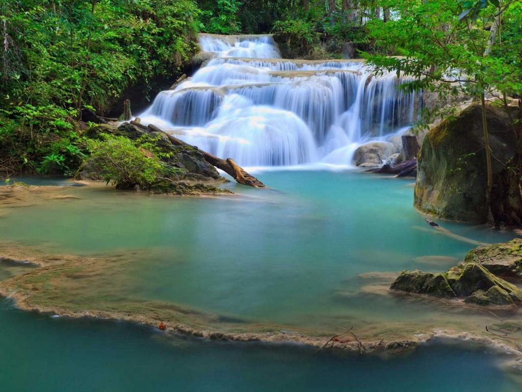 Thác Erawan, thuộc Công viên quốc gia Erawan, được đặt tên theo con voi trắng 3 đầu trong truyền thuyết của đạo Hindu. Thác nước nằm ở tỉnh Kanchanaburi này có nhiều dòng chảy đổ xuống một hồ nước xanh biếc.