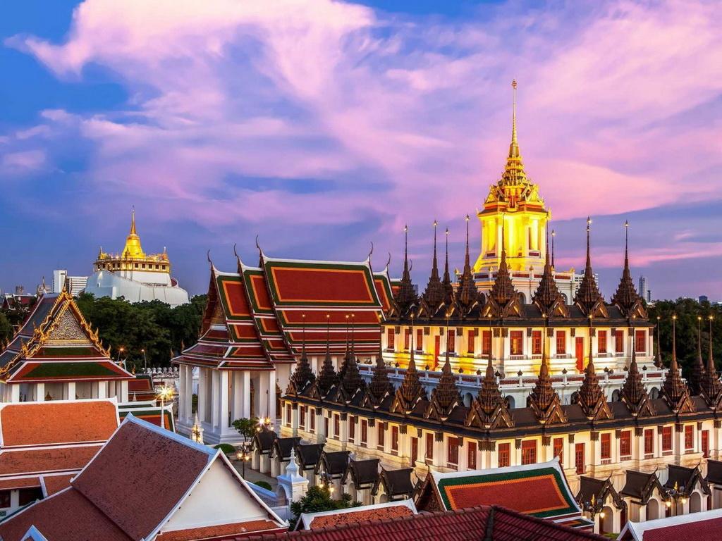 Loha Prasat (lâu đài sắt) thuộc đền Wat Ratchanatdaram của Bangkok, với 37 chóp nhọn, tượng trưng cho  37 đức tính cần để được giác ngộ.