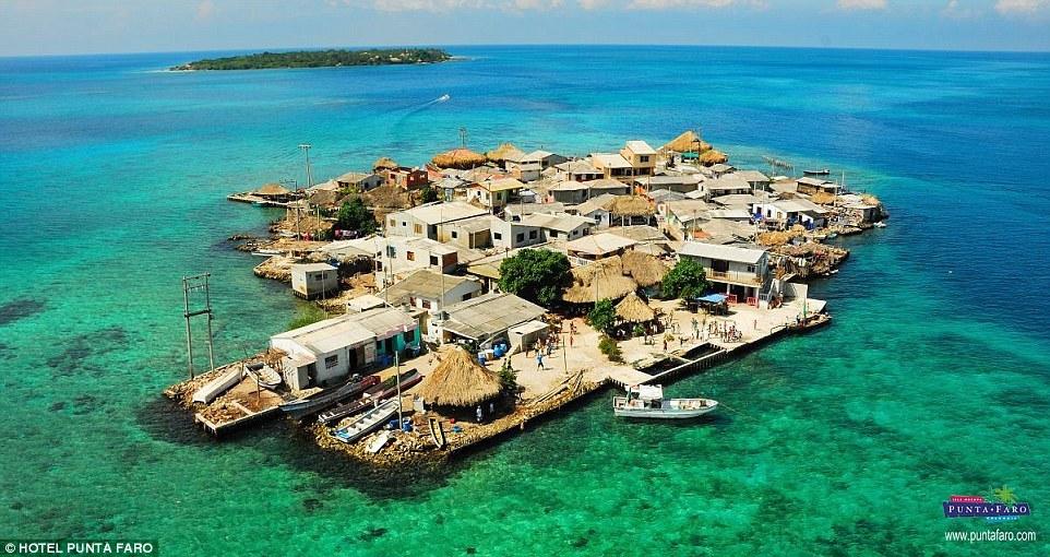 Chùm ảnh: Cuộc sống ở hòn đảo có mật độ dân số cao khó tin