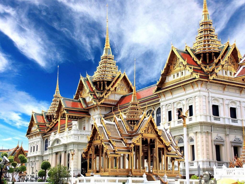 Cung điện hoàng gia ở Bangkok được xây dựng năm 1782 và đến giờ vẫn giữ nguyên vẻ lộng lẫy. Ngày nay, cung điện là nơi tổ chức các sự kiện trọng đại, điểm tham quan cho du khách. Hoàng gia Thái Lan sống trong một cung điện khác cũng nằm trong khu tổ hợp này.