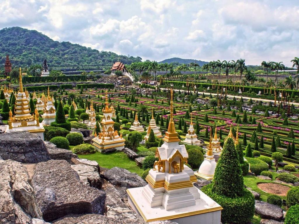 Sự kết hợp của những cây cọ và vườn cảnh được cắt tỉa cẩn thận khiến cho Vườn thực vật nhiệt đới Nong Nooch ở tỉnh Chonburi là điểm đến khoogn thể bỏ qua.