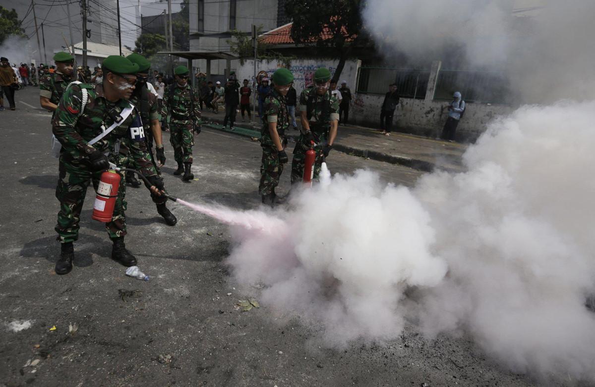 Xe chay tro khung tren duong pho Indonesia vi bao loan hau bau cu hinh anh 2