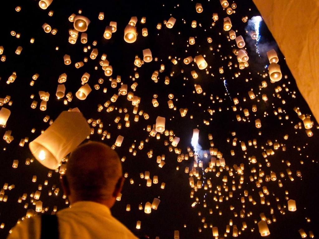 Loi Krathong là lễ hội thường niên được tổ chức trên khắp Thái Lan. Người dân và các nhà sư sẽ đồng loạt thả những ngọn đèn trời, tạo ra cảnh tượng như chỉ có trên phim.