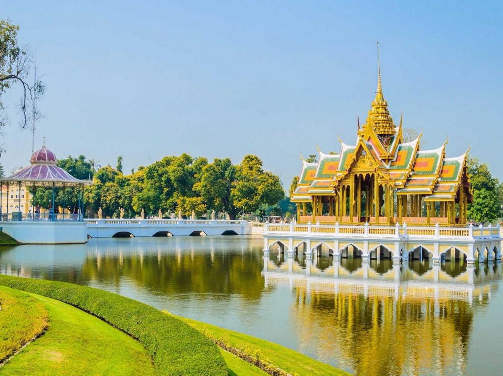 Nằm dọc sông Chao Phraya ở Ayutthaya, cung điện Bang Pa In từng là nơi nghỉ hè của hoàng gia Thái Lan. Nơi này có nhiều vườn tược và các công trình kiến trúc kiểu châu Âu.