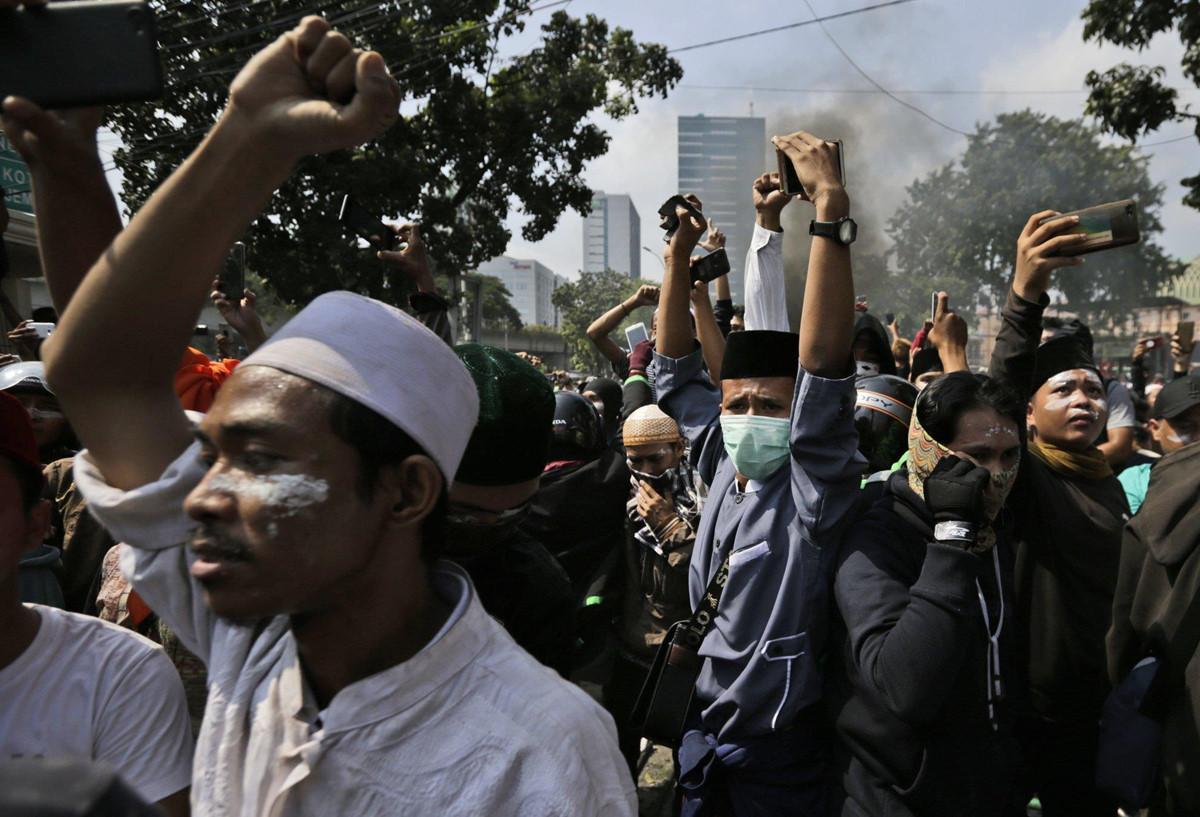 Xe chay tro khung tren duong pho Indonesia vi bao loan hau bau cu hinh anh 6