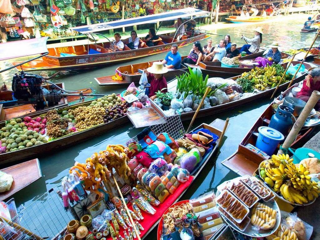 Một trong những cách tuyệt nhất để trải nghiệm ẩm thực Thái Lan là tới chợ nổi như Damnoen Saduak gần Bangkok, với các con thuyền đầy hoa quả, đồ ăn sặc sỡ.
