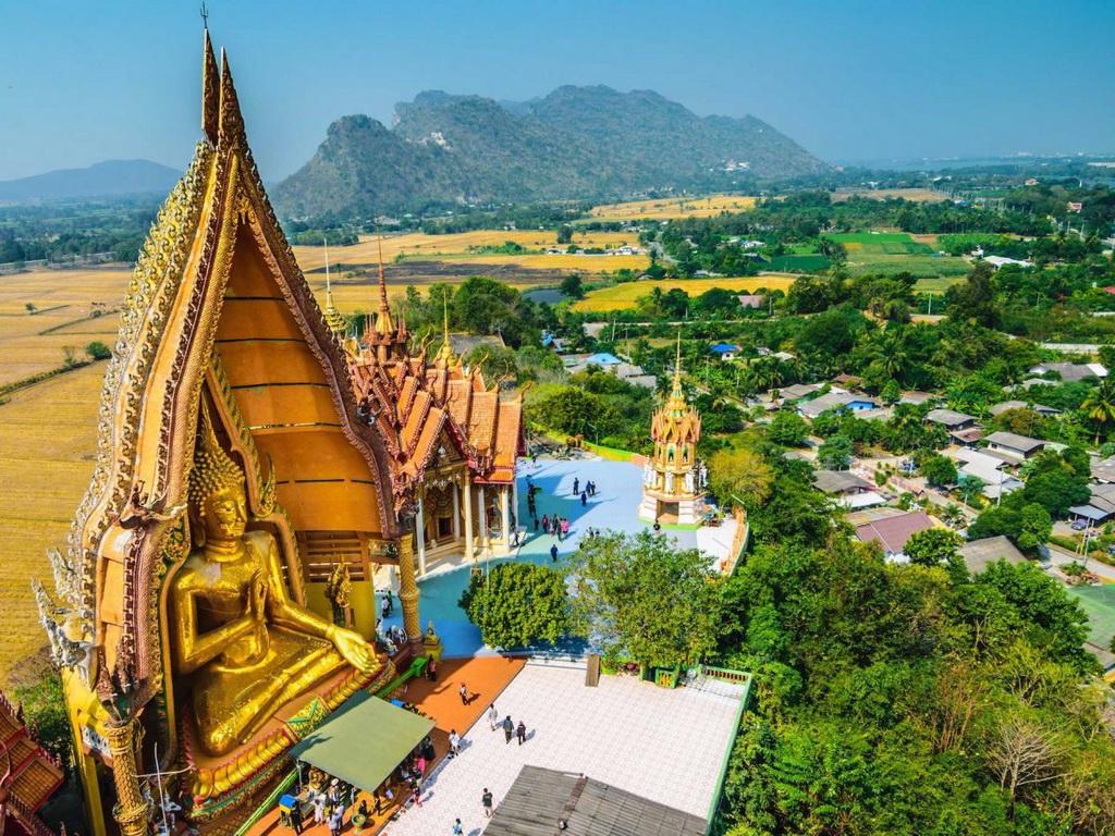 Krabi, bờ tây nam Thái Lan, có đền Hang Cọp. Leo qua 1.000 bậc thang, du khách sẽ được thưởng lãm khung cảnh ngoạn mục, với những dấu chân hổ mờ ảo trong hang động, cũng như chiêm ngưỡng tượng Phật lớn trong đền.