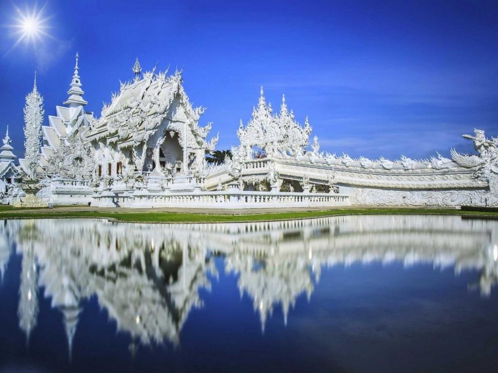 Là một trong những điểm tham quan độc đáo nhất Thái Lan, Wat Rong Khun (đền Trắng) ở Chiang Rai thực ra là một nơi trưng bày các tác phẩm nghệ thuật đương đại dưới dạng một ngôi đền Phật giáo.