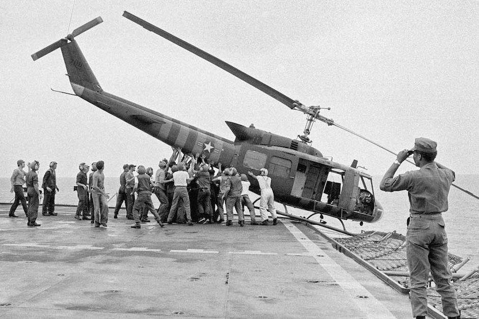 Chuyện người Mỹ ném một đống trực thăng xuống biển khi tháo chạy khỏi Việt Nam