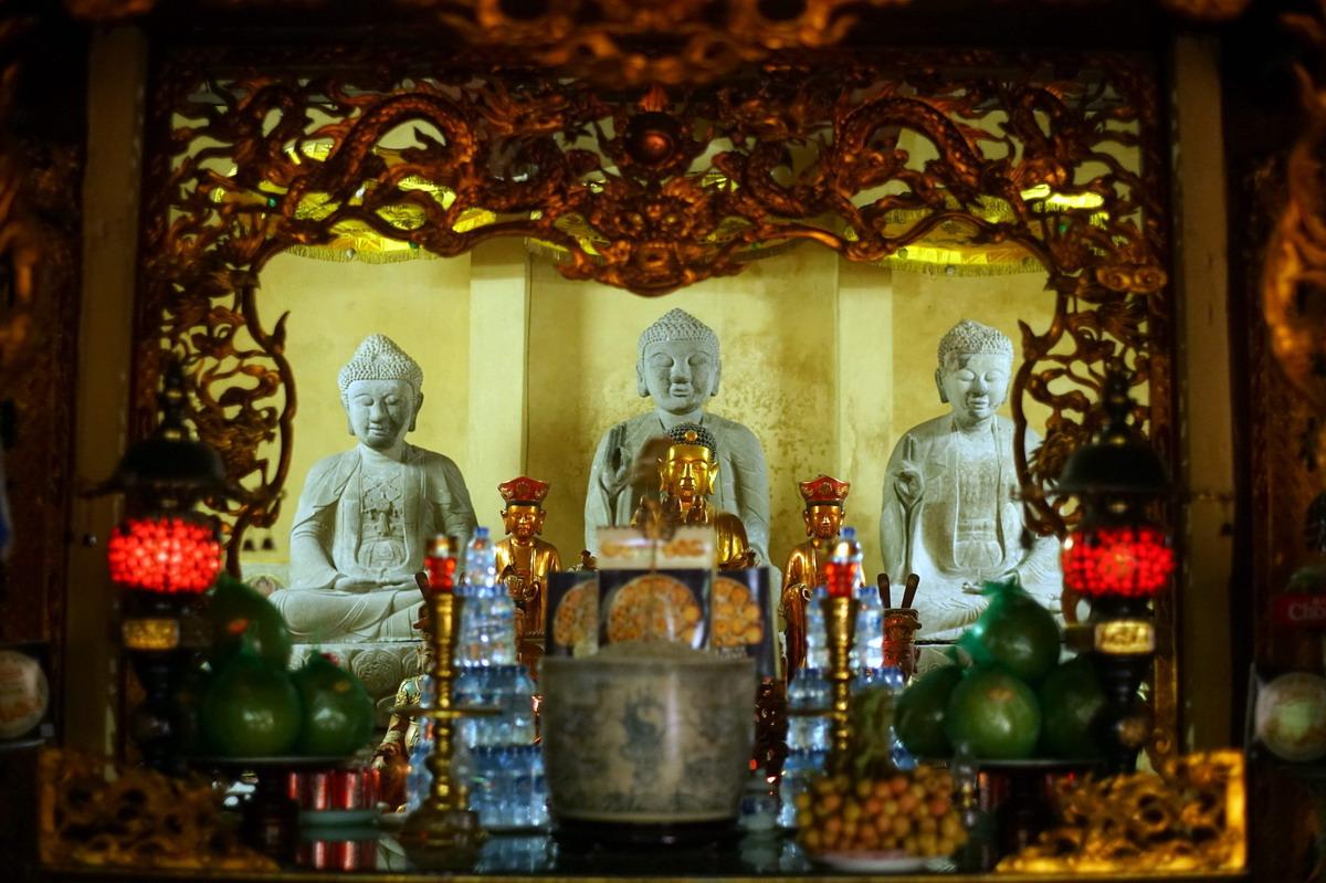 Chùm ảnh: Bộ tượng Tam Thế Phật bằng đá cổ xưa đẹp nhất Việt Nam
