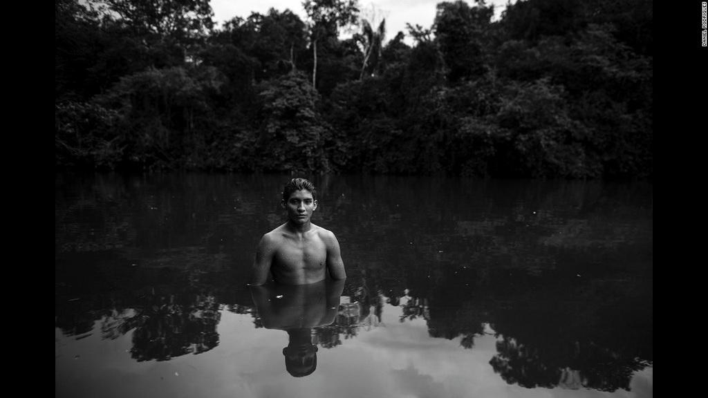 Marimy tắm ở một con sông gần làng Guaja, Alto Turacu.