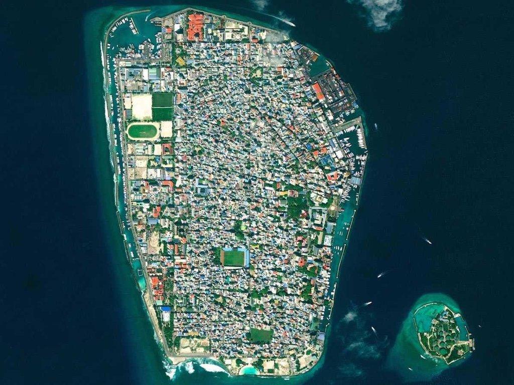 Malé là thủ đô và là thành phố đông dân nhất tại Cộng hòa Maldives. Với hơn 47.000 cư dân/km2, Malé là thành phố có tốc độ đô thị hóa nhanh. Điều này khiến nó trở thành đảo có dân số cao thứ 5 thế giới.