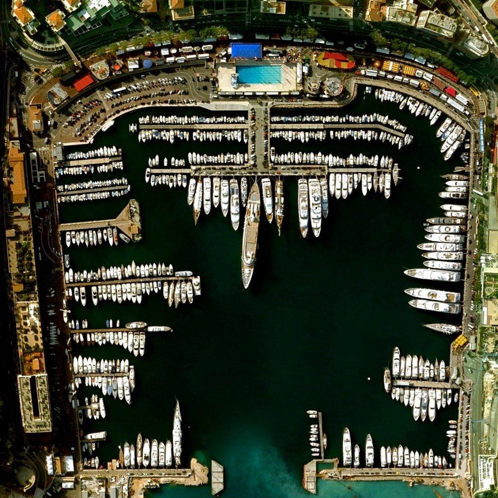 Hercules là cảng nước sâu duy nhất tại Monaco, cung cấp điểm neo đậu cho khoảng 700 tàu. Với diện tích vẻn vẹn 2 km2, nhưng số dân là 36.371 người, Monaco là quốc gia nhỏ thứ hai nhưng đông dân nhất thế giới.