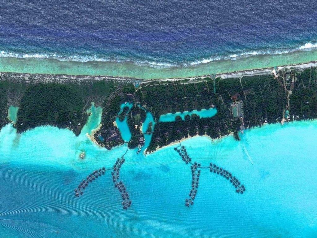 Dãy nhà gỗ nổi trên mặt nước tại khu nghỉ dưỡng 4 mùa ở đảo Bora Bora tại Polynesia thuộc Pháp.