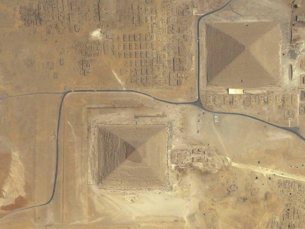 Kim tự tháp Giza tọa lạc ở ngoại ô thủ đô Cairo, Ai Cập. Được xây dựng từ năm 2580 trước Công nguyên, Giza là công trình có niên đại lớn nhất trong 7 kỳ quan của thế giới cổ đại.
