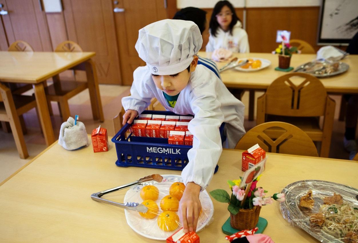 Bài học trong bữa trưa tại nhà trường của trẻ em Nhật Bản