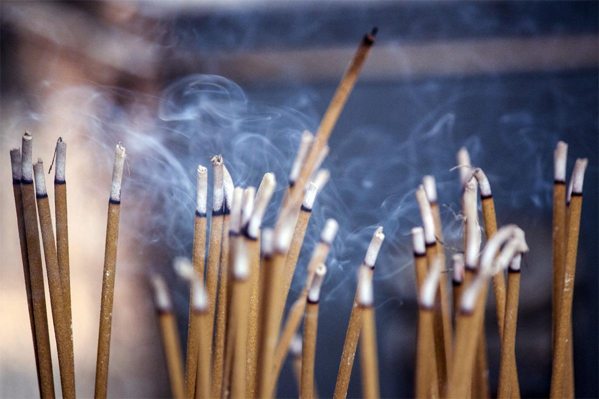 Ý nghĩa của nén hương trong văn hóa tâm linh người việt