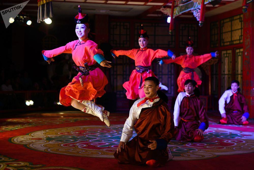Leu Yurt, dan du muc, tuong Thanh Cat Tu Han dua du khach den Mong Co hinh anh 13