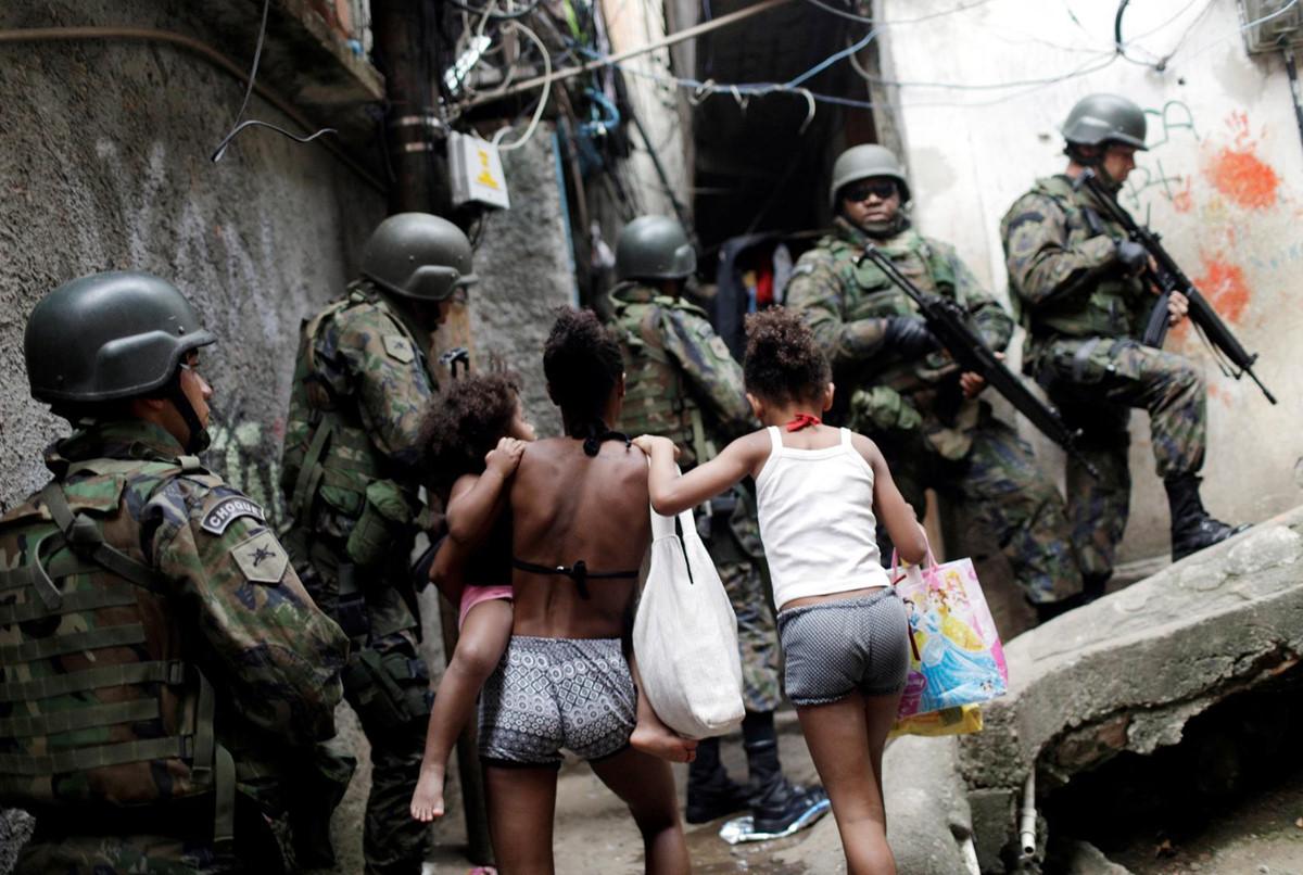 Nhung cai chet day oan uc duoi hong sung canh sat o Rio de Janeiro hinh anh 5