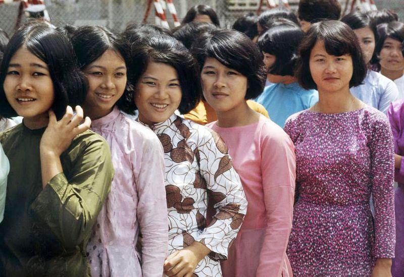 Về trang phục của phụ nữ Việt Nam thời hiện đại