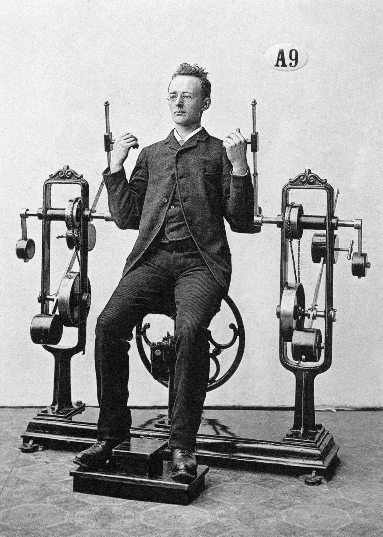 Cỗ máy tập gym của con người 100 năm trước
