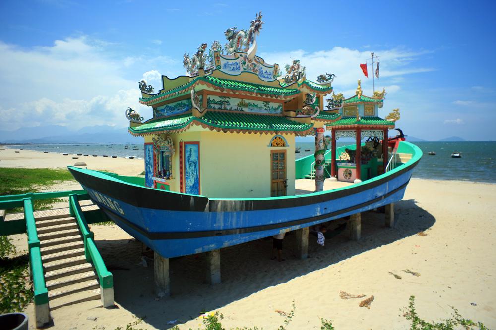 Chùm ảnh: Ngôi miếu hình con thuyền bên bãi biển ở Đà Nẵng