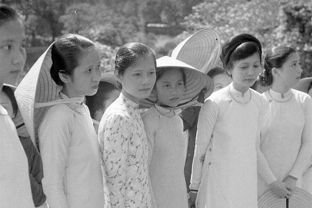 Loạt ảnh hiếm có về nữ sinh Đồng Khánh ở Huế năm 1942