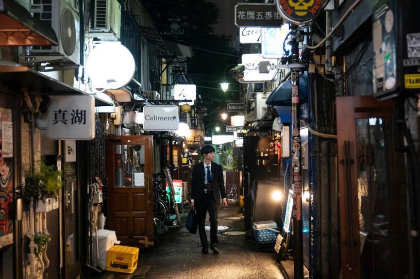 Chùm ảnh: Cuộc sống buổi đêm trong những con hẻm chật hẹp ở Shinjuku, Tokyo