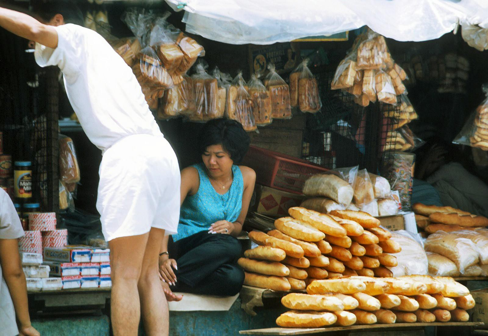 Loạt ảnh cực lý thú về bánh mì ở Sài Gòn xưa