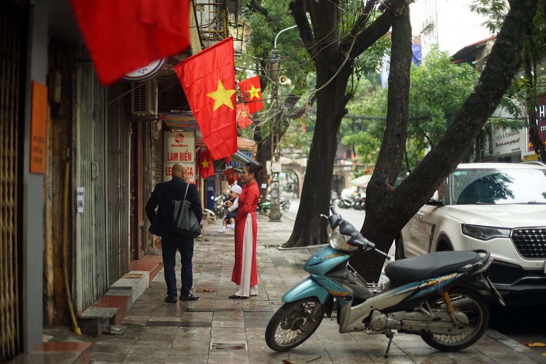 Chùm ảnh: Nhịp sống ở phố cổ Hà Nội sáng mùng 1 Tết Canh Tý 2020
