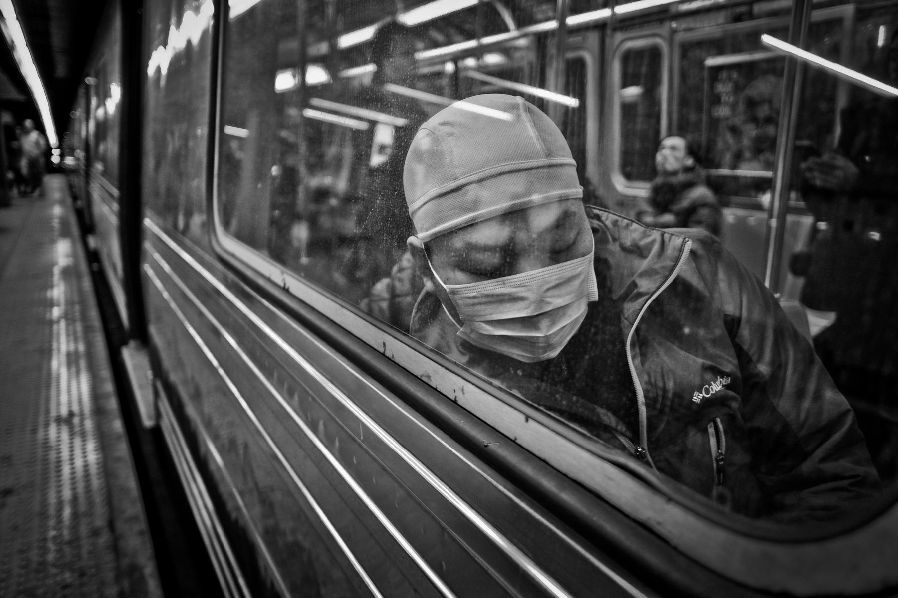 COVID-19, tàu điện ngầm và số phận bị bỏ quên của người nghèo New York
