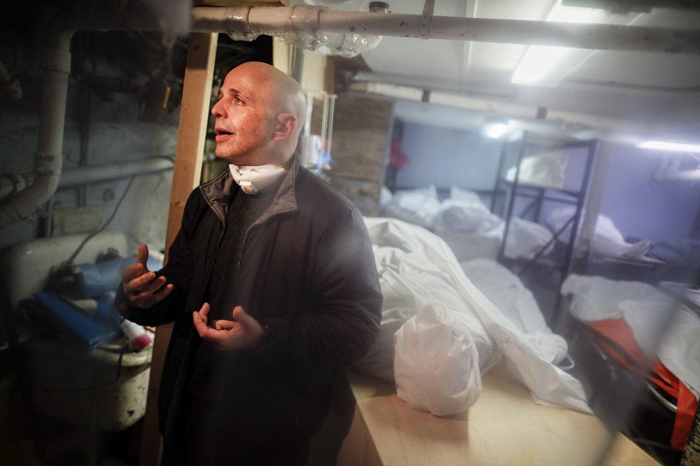 Chùm ảnh: Sự đau thương bên trong nhà tang lễ quá tải ở New York