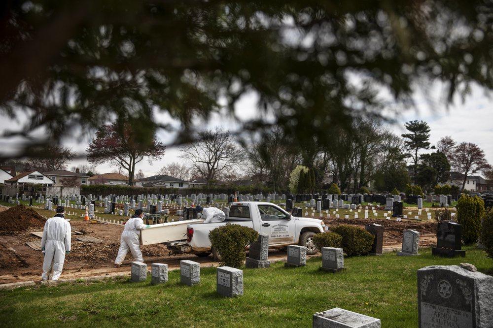 Chùm ảnh: Nỗi buồn bất tận mang tên 'COVID' ở nghĩa trang New York
