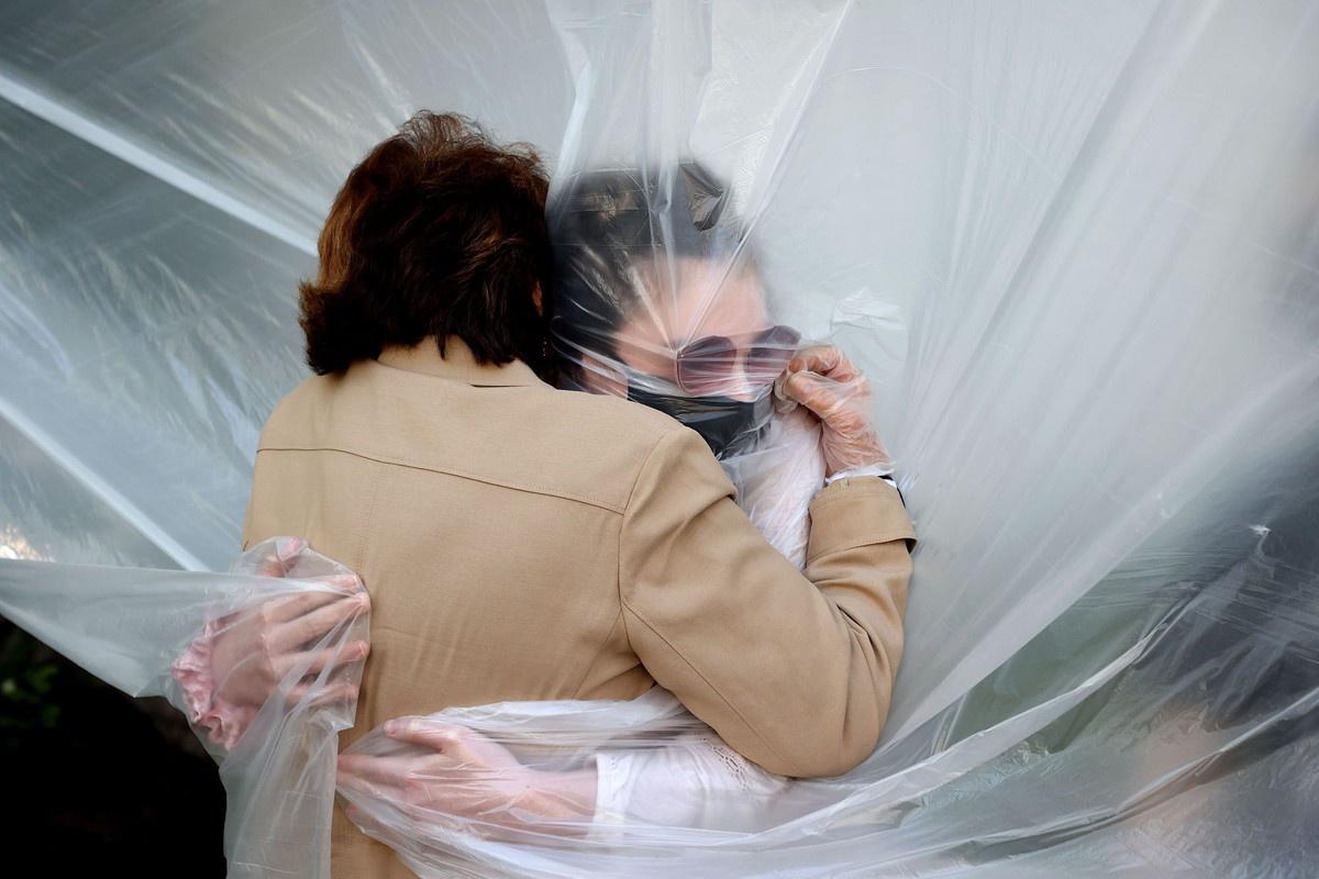 Chùm ảnh: Một thế giới bị ngăn cách bằng những tấm màn nylon