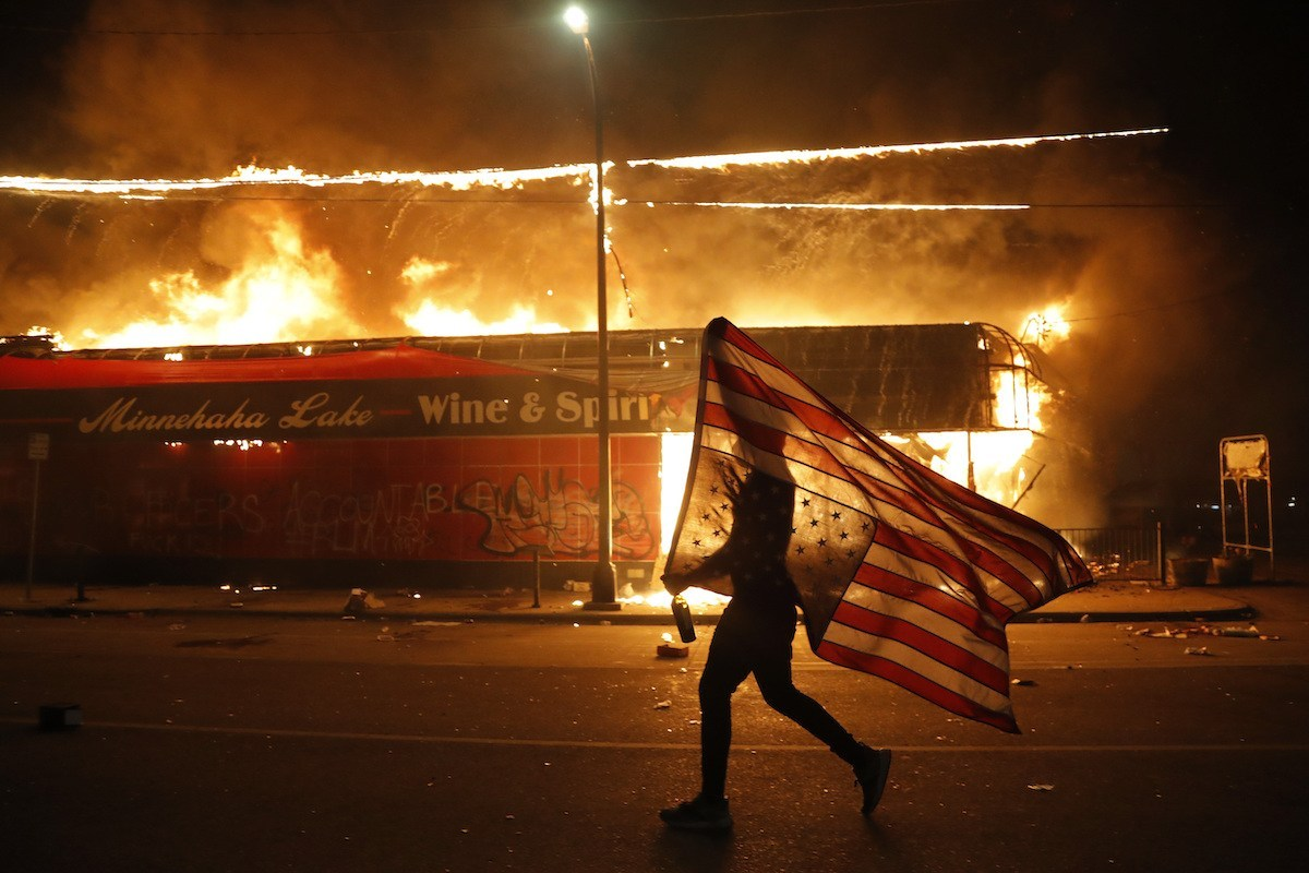 Vì sao nước Mỹ như 'thùng thuốc súng' sẵn sàng bùng nổ?