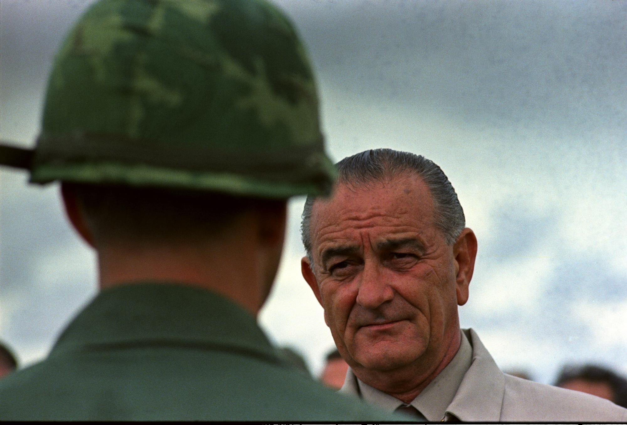 Tại sao Tổng thống Johnson đưa Mỹ lún sâu vào Chiến tranh Việt Nam?