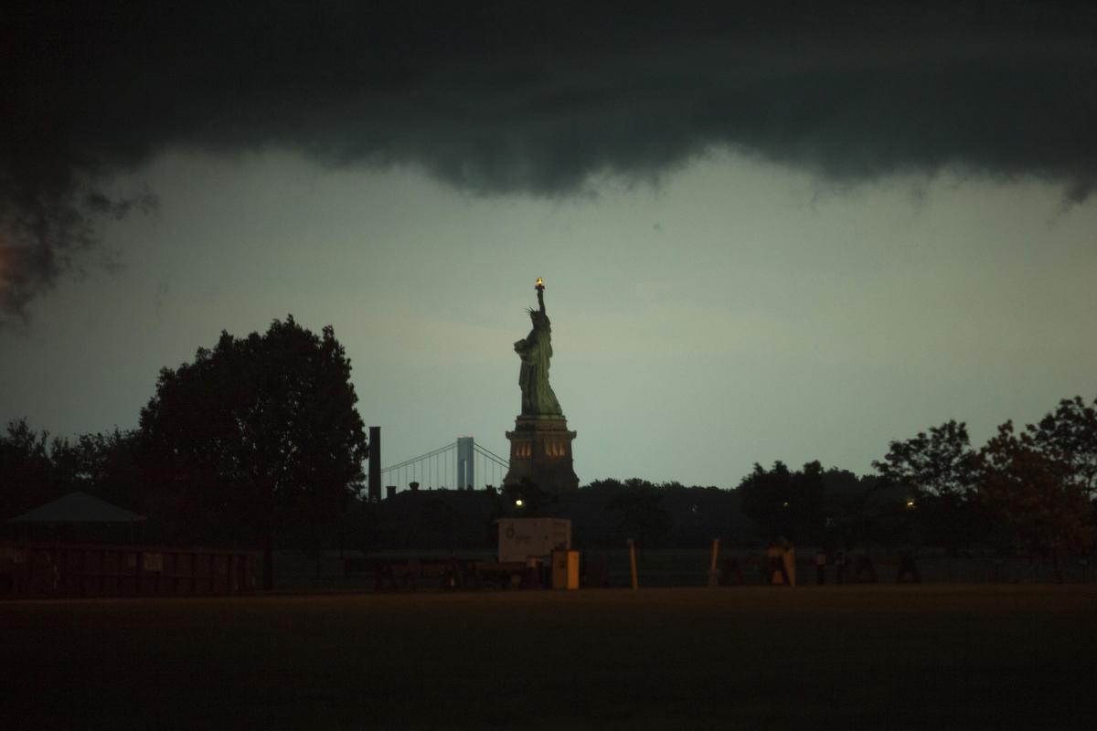 Bóng tối của huyền thoại về giấc mơ Mỹ