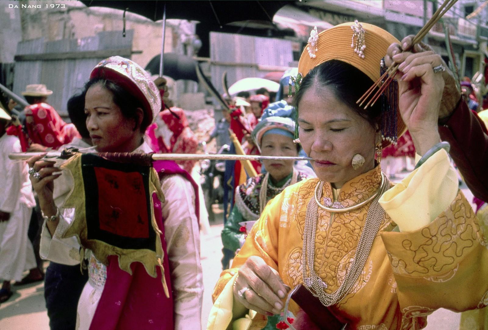 Chùm ảnh: Tự xuyên thủng da thịt trên đường phố Đà Nẵng năm 1973