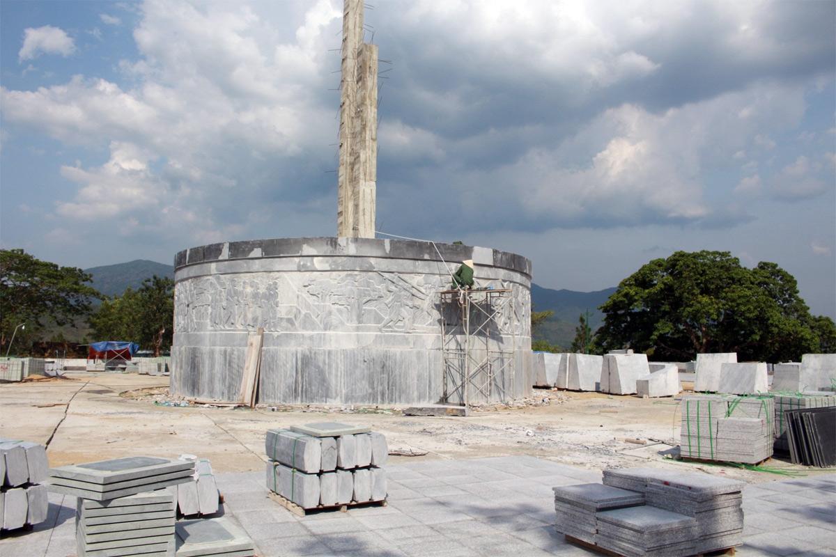 Về chuyện vung tiền xây tượng đài, cổng chào thời COVID-19