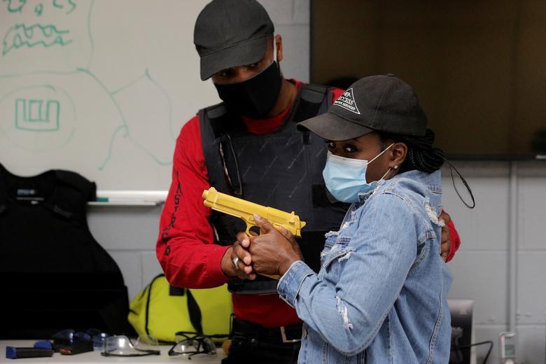 Chùm ảnh: Người Mỹ gốc Phi đổ xô đi học bắn súng sau vụ George Floyd